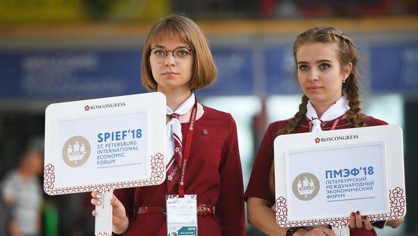 Волонтеры встречают участников Петербургского международного экономического форума на Московском вокзал в Санкт-Петербурге