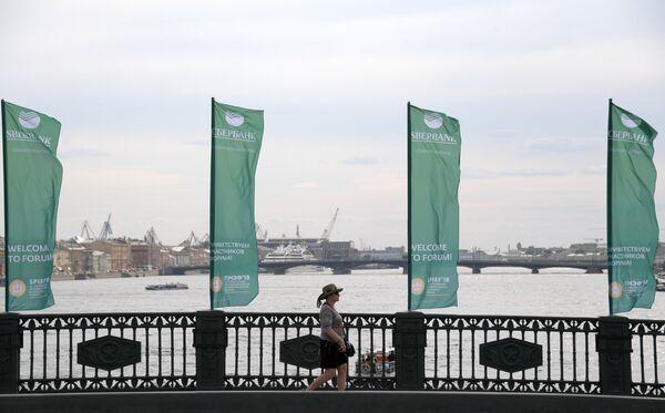 Баннеры с символикой Петербургского международного экономического форума