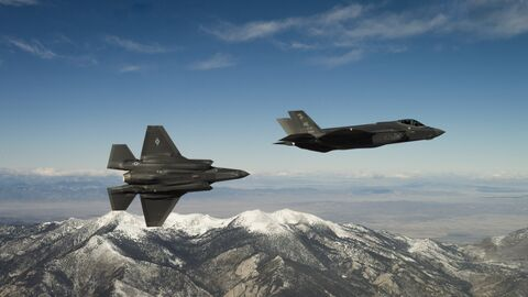 Тренировочный полет американских малозаметных многофункциональных истребителей-бомбардировщиков пятого поколения F-35