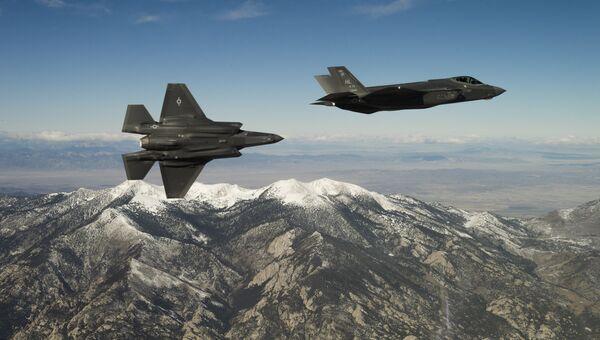 Тренировочный полет американских малозаметных многофункциональных истребителей-бомбардировщиков пятого поколения F-35. Архивное фото