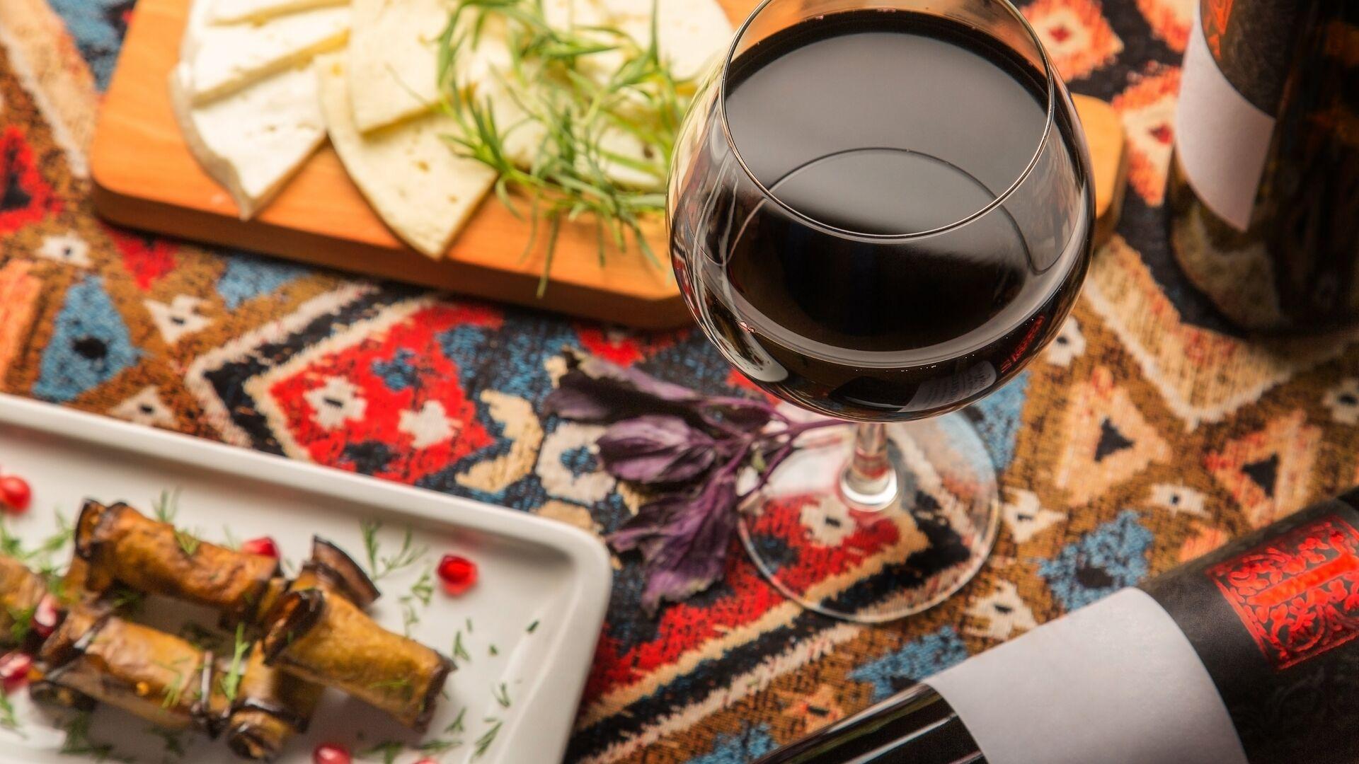 Бокал красного вина в грузинском ресторане  - РИА Новости, 1920, 15.12.2020
