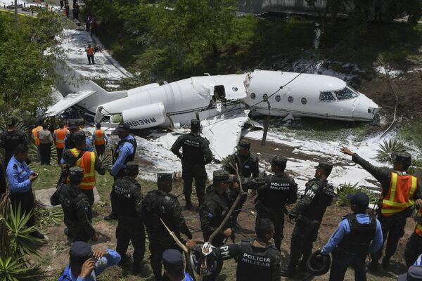 Самолет, выкатившийся за пределы взлетно-посадочной полосы в международном аэропорту Тонконтин в Тегусигальпе, Гондурас. 22 мая 2018