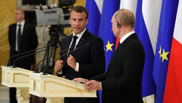 Президент Франции Эммануэль Макрон на совместной с президентом РФ Владимиром Путиным пресс-конференции по итогам встречи в Стрельне. 24 мая 2018