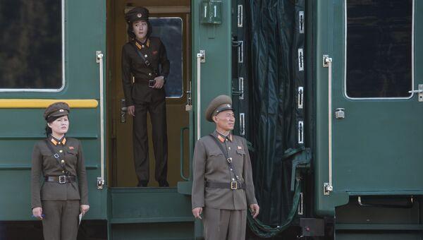 Военнослужащие у вагона поезда, на котором журналисты выехали на закрытие полигона Пхунгери