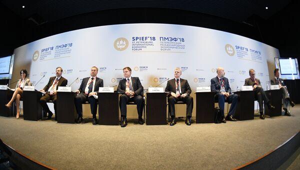 Участники во время панельной дискуссии Конкурентоспособность российской юрисдикции – путь к экономике доверия через улучшение правовой среды для бизнеса в рамках Петербургского международного экономического форума
