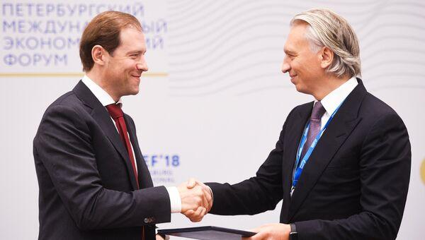 Денис Мантуров и Александр Дюков во время подписания меморандума на Петербургском международном экономическом форуме. 25 мая 2018