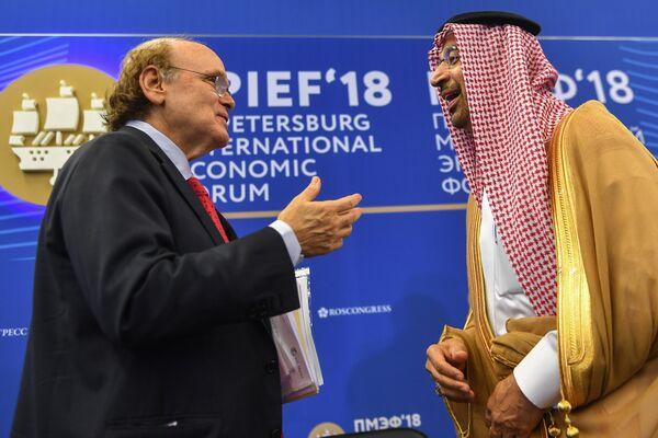 Вице-председатель IHS Markit Дэниел Ергин (слева) и министр энергетики, промышленности и минеральных ресурсов Королевства Саудовская Аравия, председатель совета директоров Arabian Oil Company (Saudi Aramco) Халид А. аль-Фалих на Петербургском международном экономическом форуме
