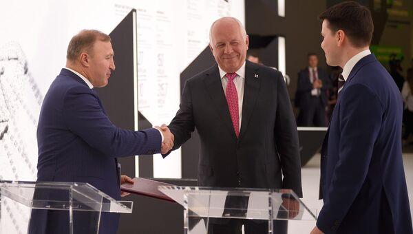 Глава Адыгеи Мурат Кумпилов и генеральный директор АО Национальная служба санитарной авиации Руслан Голиков во время подписания соглашения о сотрудничестве на ПМЭФ-2018