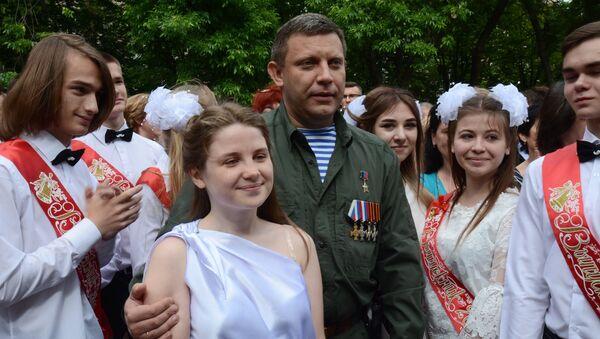Глава Донецкой народной республики Александр Захарченко с выпускниками лицея Интеллект в Донецке во время празднования последнего звонка