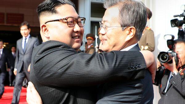 Лидер КНДР Ким Чен Ын и президент Южной Кореи Мун Чжэ Ин во время встречи в демилитаризованной зоне. 26 мая 2018