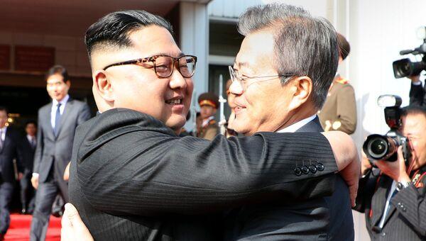 Лидер КНДР Ким Чен Ын и президент Южной Кореи Мун Чжэ Ин во время встречи в демилитаризованной зоне. 26 мая 2018. Архивное фото