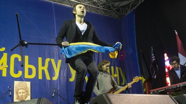 Солист группы Океан Эльзи Святослав Вакарчук выступает на концерте на площади Независимости в Киеве