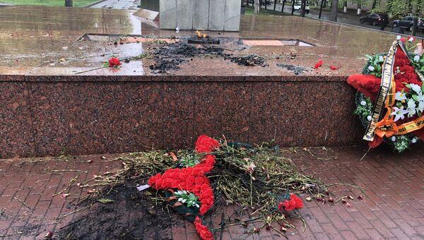 Сожженные цветы и венки на мемориале Защитникам Отечества в Челябинске