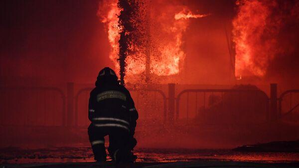 Сотрудник пожарной службы МЧС России во время тушения пожара. Архивное фото