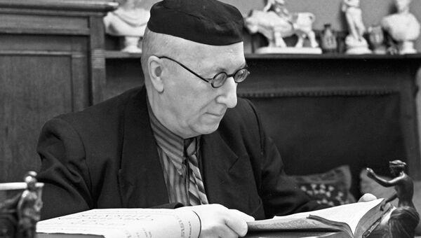 Русский философ и филолог, профессор Алексей Федорович Лосев в своем кабинете. Архивное фото