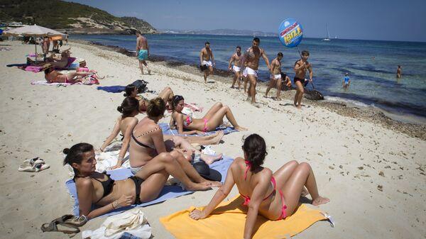 Отдыхающие на пляже Плайя-де-Кавелет в Сан-Хосе-де-са-Талайа на острове Ибица
