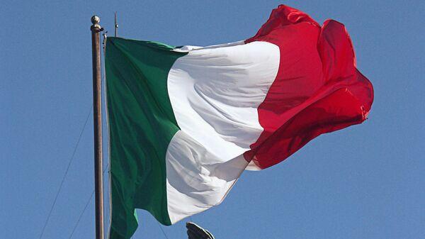 Флаг Италии и скульптура архангела Михаила на замке Святого Ангела в Риме.
