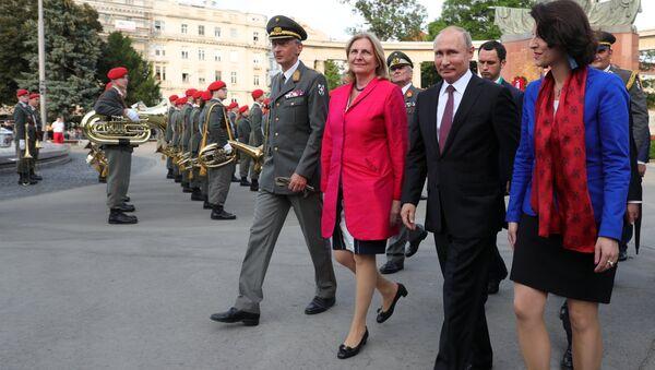 Президент России Владимир Путин и министр иностранных дел Австрии Карин Кнайсль. Архивное фото