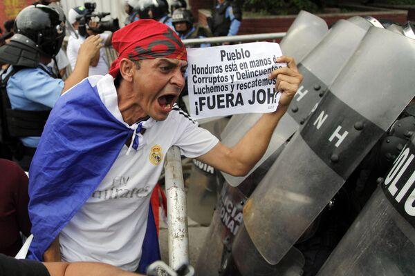 Участник протеста против правительства Хуана Орландо Эрнандеса в Тегусигальпе, Гондурас