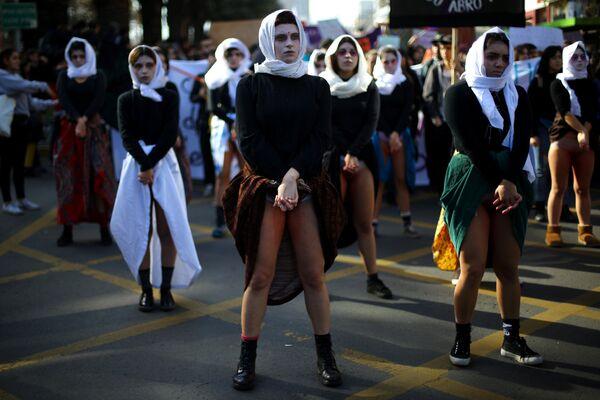 Участницы демонстрации против сексизма и гендерного насилия в Сантьяго, Чили