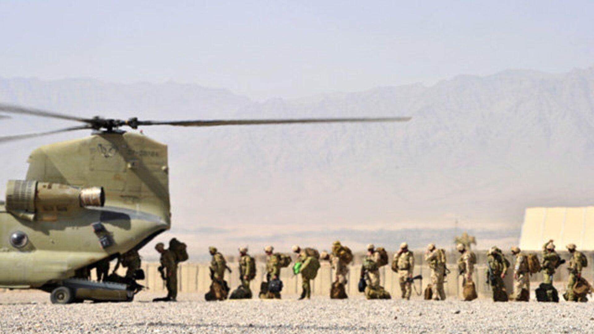 Солдаты Австралийской армии загружаются в вертолет Chinook, чтобы вылететь на патрульные базы в провинции Урузган на юге Афганистана - РИА Новости, 1920, 08.06.2018