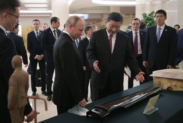 Президент РФ Владимир Путин и председатель КНР Си Цзиньпин на торжественном приеме в Тяньцзине. 8 июня 2018