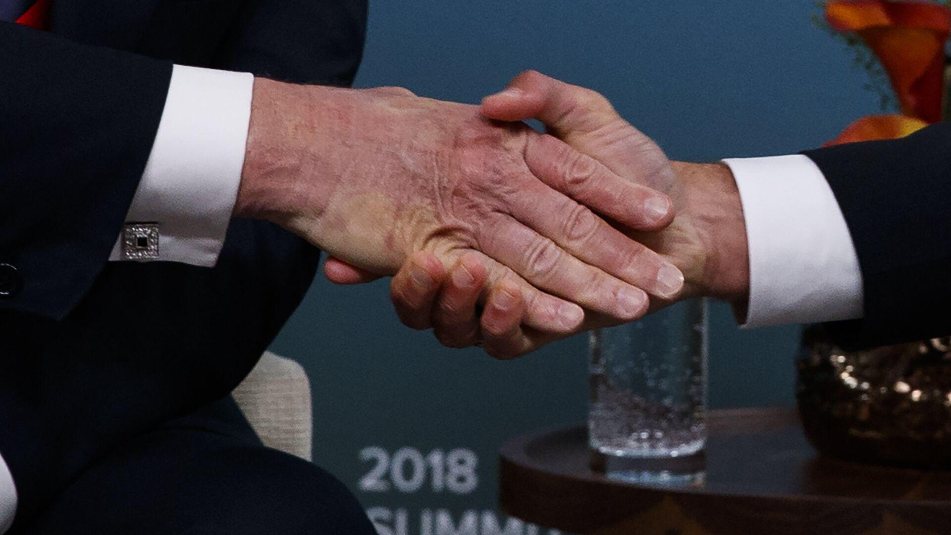 Рукопожатие президентов США и Франции Дональда Трампа и Эммануэля Макрона на саммите G7. 8 июня 2018 - РИА Новости, 1920, 07.05.2021