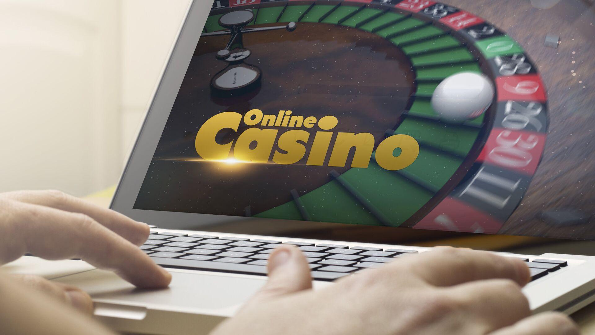 Человек играет в онлайн-казино - РИА Новости, 1920, 20.10.2020