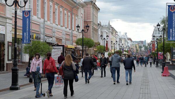 Прохожие на улице Большая Покровка в Нижнем Новгороде. Архивное фото