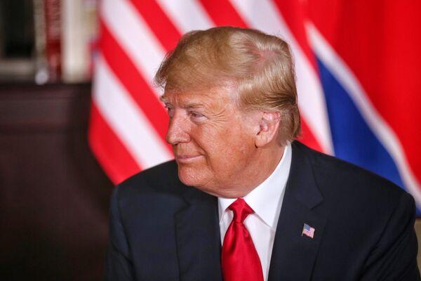 Президент США Дональд Трамп во время встречи с лидером КНДР Ким Чен Ыном в Сингапуре. 12 июня 2018