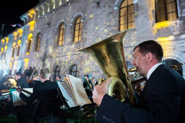Музыкант оркестра во время V Большого благотворительного офицерского бала на Площади Михайловской береговой батареи в Севастополе. 11 июня 2018