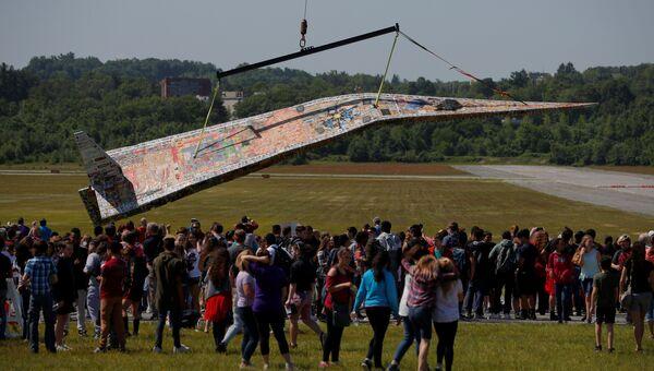 64-футовый бумажный самолет претендующий на новый рекорд Гиннеса, созданный Джерри Беком в рамках Project Soar, штат Массачусетс, США. 12 июня 2018 года
