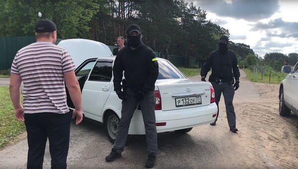 Сотрудники правоохранительных органов в поселке Большевик, обыск