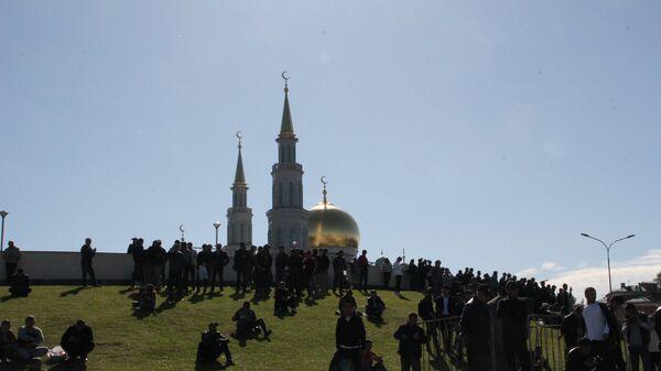 Верующие у Московской соборной мечети на праздновании Ураза-байрама 15 июня 2018