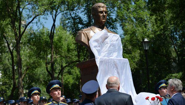 Церемония открытия памятного бюста погибшему в Сирии летчику Роману Филипову у школы №85 в Воронеже, в которой он учился. 15 июня 2018