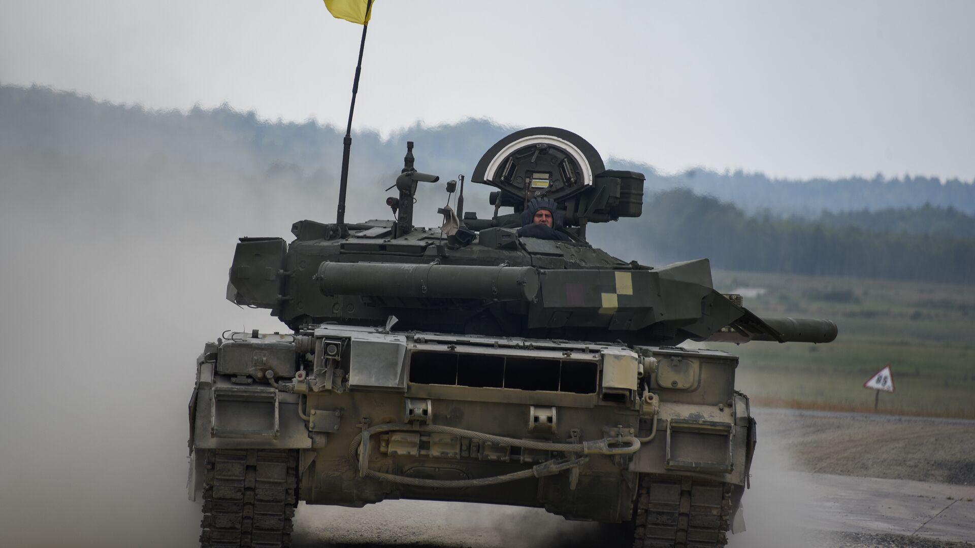 Украинские военные из 14-й волынской механизированной бригады ВСУ на танке Т-84 во время соревнований Strong Europe Tank Challenge в городе Графенвер, Германия. 6 июня 2018 - РИА Новости, 1920, 17.04.2021