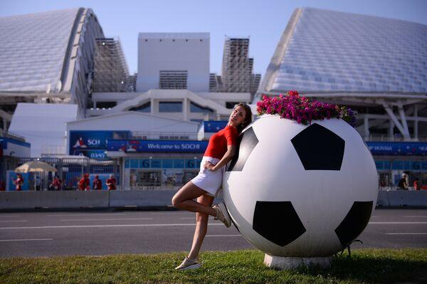 Болельщица у стадиона Фишт в Олимпийском парке перед матчем группового этапа чемпионата мира по футболу между сборными Португалии и Испании