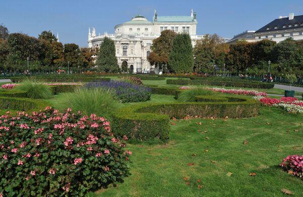 Вид на парк Фольксгартен перед зданием Королевского Бургтеатра