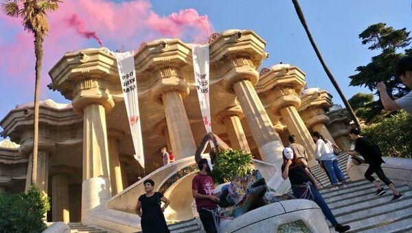 Активисты молодежной организации Arran приковали себя цепями в парке Гуэль в Барселоне, протестуя против массового туризма