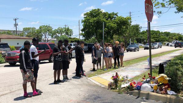 Поклонники на месте убийства американского рэпера XXXTentacion в штате Флорида