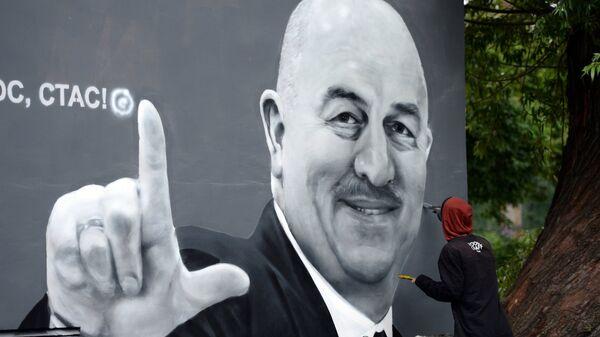 Граффити «Ты просто космос, Стас» с портретом главного тренера сборной России по футболу Станислава Черчесова в Санкт-Петербурге