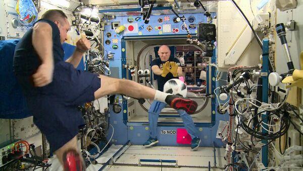 Российские космонавты провели тренировку по футболу на МКС