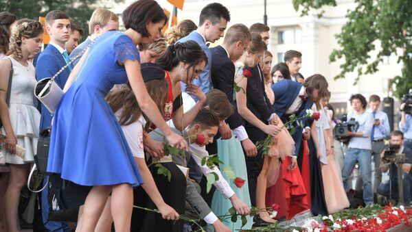 7d2620884fe Выпускники российских школ возлагают цветы к Могиле Неизвестного солдата в  Александровском саду перед началом церемонии вручения