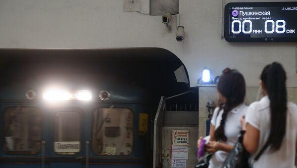 Электронное табло в московском метро с обратным отсчетом времени до прибытия поезда. Архивное фото