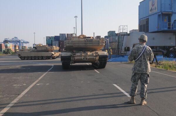 Перегрузка американских танков Абрамс в порту Констанца в Румынии