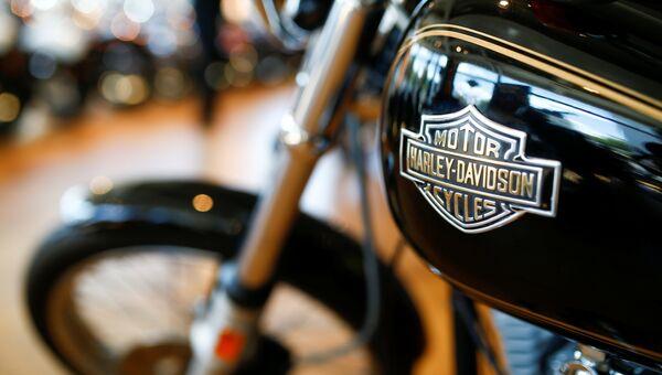Мотоцикл Harley-Davidson в автосалоне