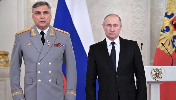 Президент РФ Владимир Путин и генерал-майор Александр Матовников. Архивное фото