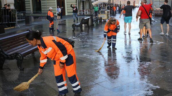 Уборка Никольской улицы в Москве
