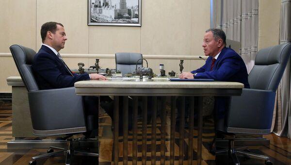 Дмитрий Медведев и генеральный директор АО Федеральной корпорации по развитию малого и среднего предпринимательства Александр Браверман во время встречи. 29 июня 2018