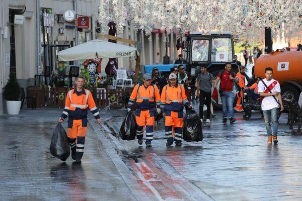 Уборка мусора на Никольской улице